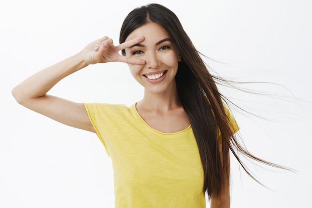 Foto da cintura de uma linda mulher assertiva e confiante se sentindo autoconfiante