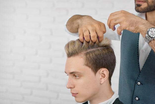 Foto da coloração de cabelo no processo de cor lilás.