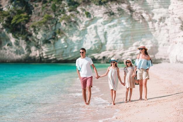 Foto da família feliz que tem o divertimento na praia. estilo de vida de verão