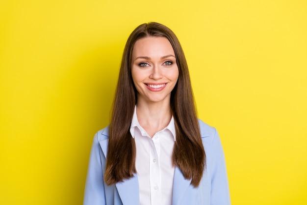 Foto da garota de bom humor, chefe do proprietário da empresa, olhando na câmera, aproveitando o trabalho, vestindo um terno azul isolado sobre um fundo de cor brilhante