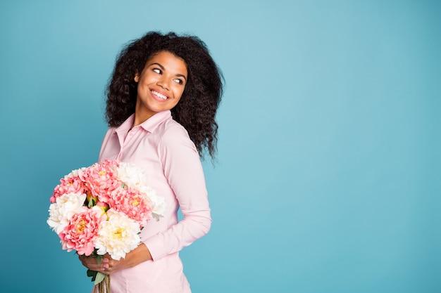 Foto da incrível modelo dama segurando grandes flores frescas olhando para o espaço da cópia