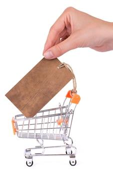 Foto da mão tirando o modelo do carrinho vazio da etiqueta de preço no fundo branco isolado