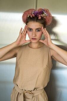 Foto da moda de uma jovem com penteado rosa e maquiagem fresca