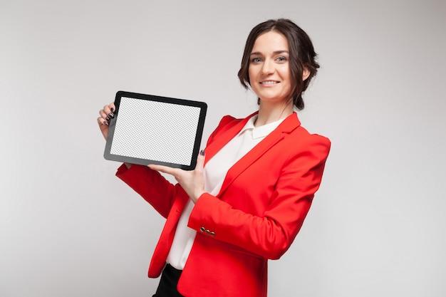 Foto da mulher bonita no blazer vermelho que está com a tabuleta nas mãos