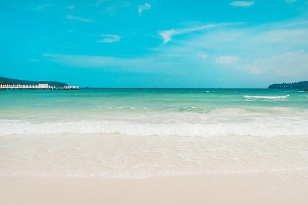 Foto da paisagem da bela praia exótica de areia branca na ilha de koh rong, no camboja. onda espumosa branca na areia branca na praia. copyspace