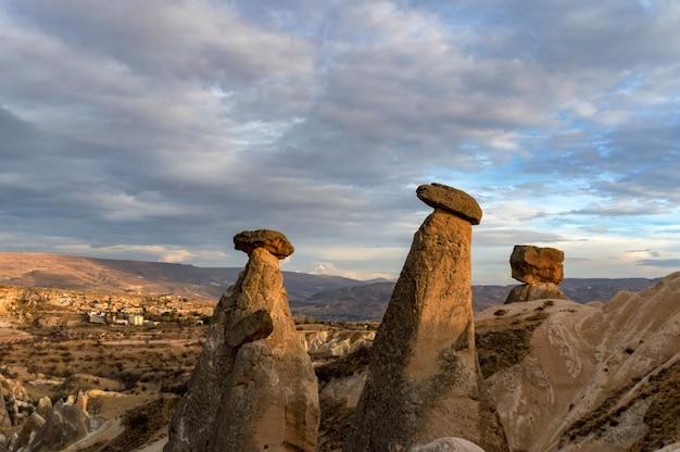 Foto da paisagem das três belezas em urgup, turquia