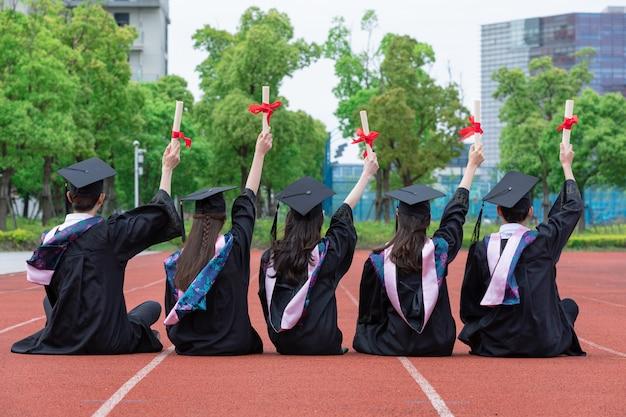 Foto da parte de trás do vestido de formatura dos estudantes universitários