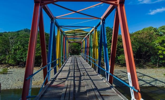 Foto da ponte colorida no rio jalin jantho aceh besar aceh indonésia