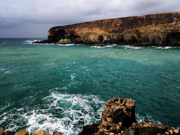 Foto da praia durante tempestade em ajuy, espanha