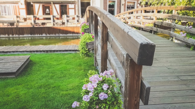 Foto da velha ponte de madeira com vasos de flores na velha cidade europeia