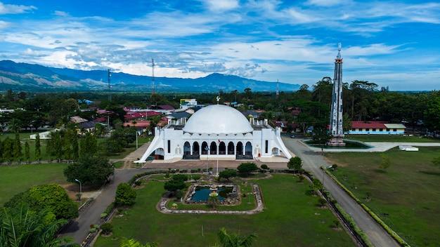 Foto da vista da mesquita de almunawwarah cidade de jantho aceh besar distrito aceh indonésia