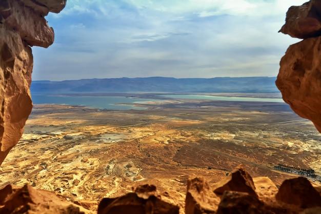 Foto da vista do mar morto a partir de uma altura de massada