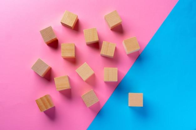 Foto da vista superior de blocos de madeira em fundo rosa e azul