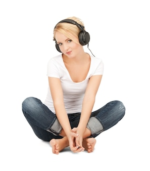 Foto de adolescente feliz em grandes fones de ouvido