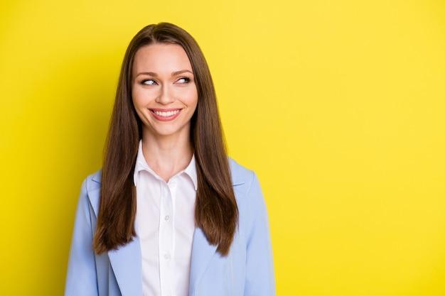 Foto de alegre chefe chefe garota olhar copyspace aproveite trabalhar vestir terno azul isolado sobre fundo de cor brilhante