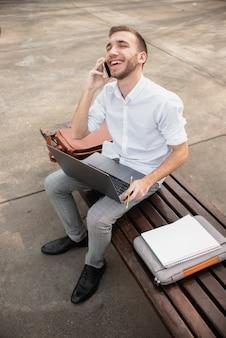 Foto de alta vista do estudante universitário falando ao telefone
