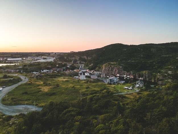 Foto de alto ângulo de edifícios perto da montanha