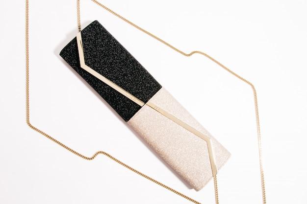 Foto de alto ângulo de embreagens de noite luxuosas na moda com correntes de ouro