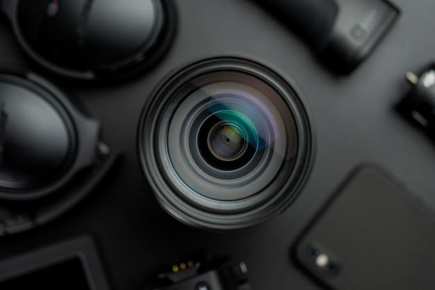 Foto de alto ângulo de lentes, fones de ouvido, cardan e telefone