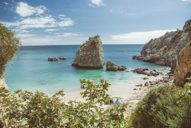 Foto de alto ângulo de muitas formações rochosas perto do mar na praia durante o dia