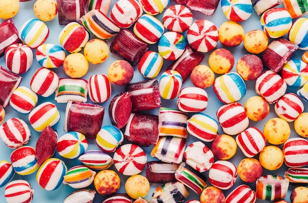 Foto de alto ângulo de muitos doces coloridos