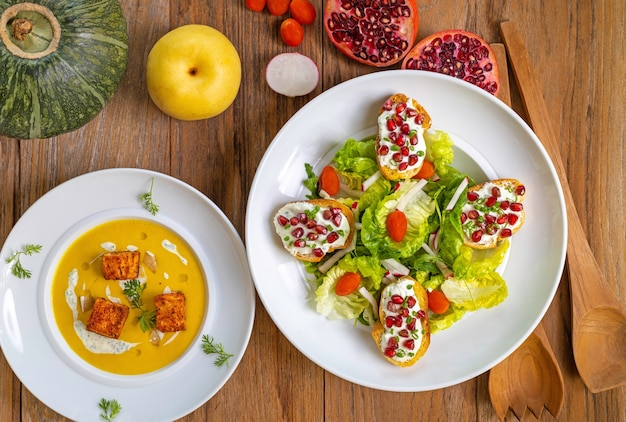 Foto de alto ângulo de um almoço com sopa diet e alguns lanches saudáveis