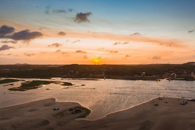 Foto de alto ângulo de um mar sob o lindo pôr do sol no céu colorido capturada no brasil