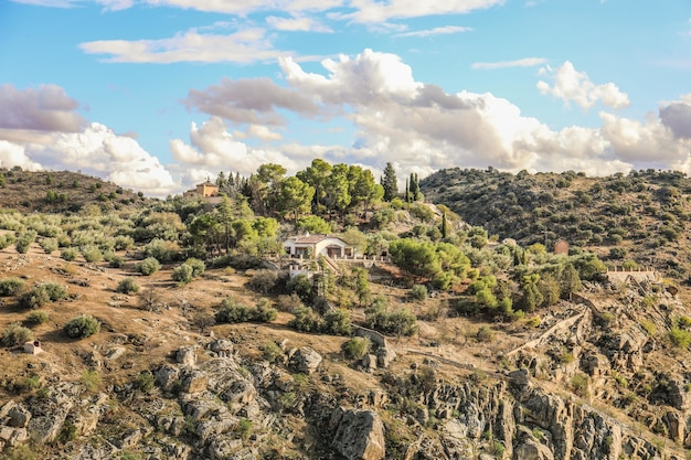 Foto de alto ângulo de uma casa em uma paisagem rochosa na espanha