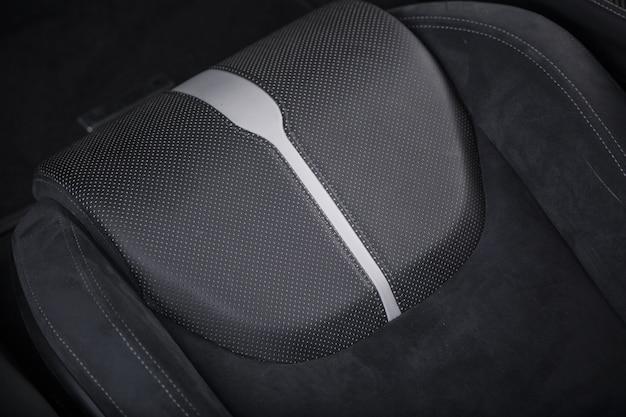 Foto de alto ângulo do interior moderno preto do carro