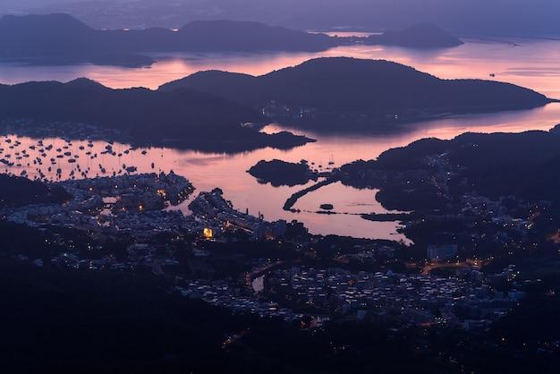 Foto de alto ângulo do porto à beira-mar capturada nas belas cores do crepúsculo