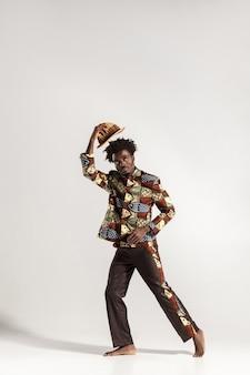 Foto de altura total de um homem africano ponderando