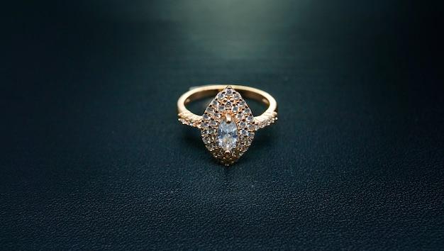 Foto de anel feminino com uma joia cintilante no centro