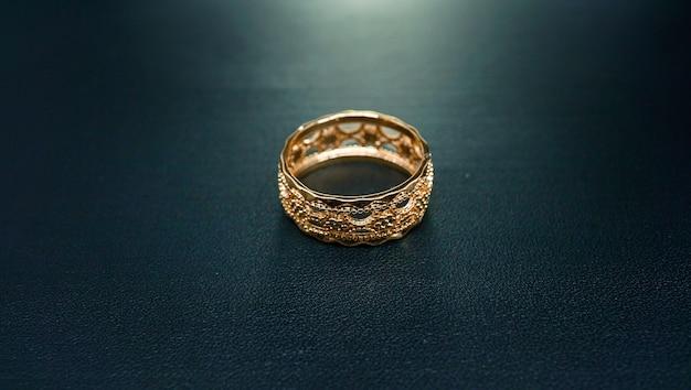 Foto de anel feminino de ouro com intrincados motivos entalhados
