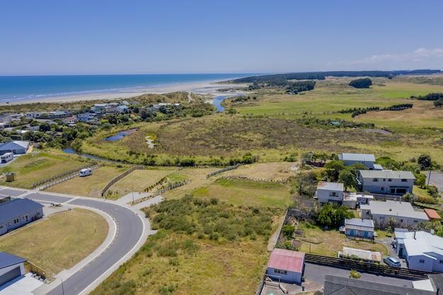 Foto de ângulo alto da famosa praia de otaki na nova zelândia