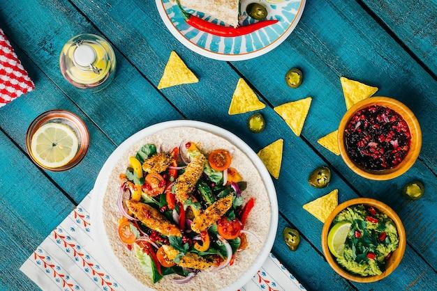 Foto de ângulo alto de almoço com pepitas e vegetais na superfície de madeira