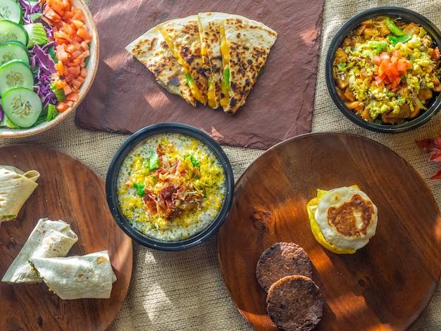Foto de ângulo alto de diferentes pratos caseiros em uma mesa