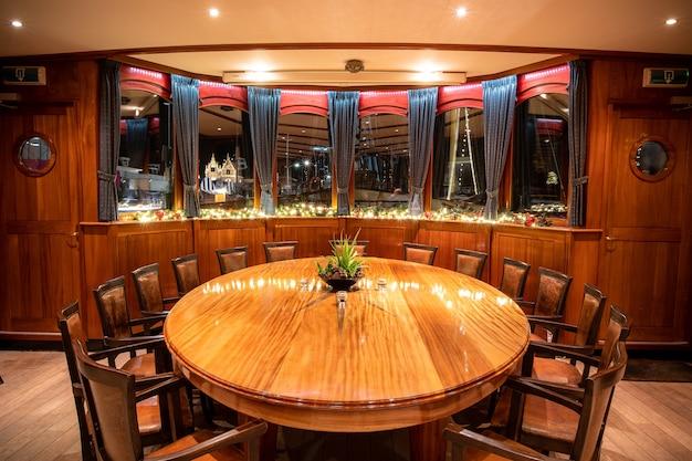 Foto de ângulo alto de uma mesa redonda de restaurante chique com janelas