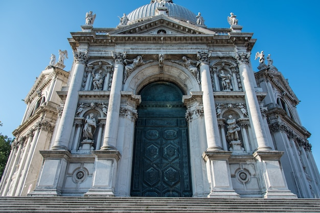 Foto de ângulo baixo da basílica di santa maria della salute em veneza, itália