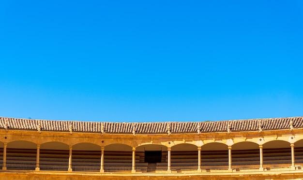Foto de ângulo baixo da praça de touros da cavalaria real de ronda em ronda, espanha