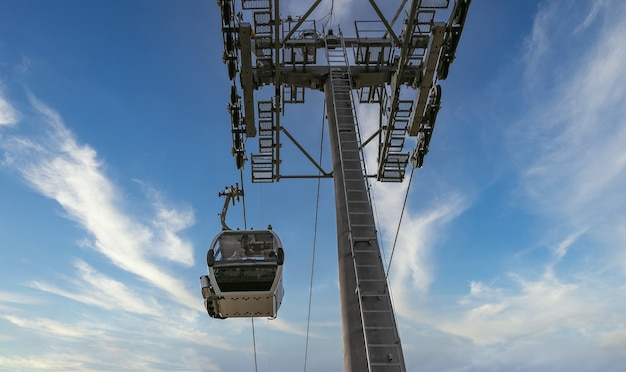 Foto de ângulo baixo do teleférico e céu nublado