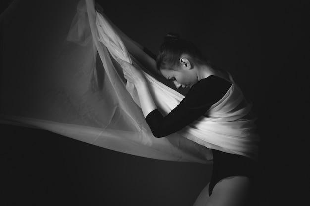 Foto de arte de uma ginasta feminina. preto e branco
