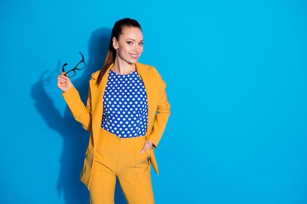 Foto de atraente mulher de negócios bem-sucedida trabalhador segurar mão visão leitura óculos usar blazer amarelo terno camisa blusa pontilhada isolado fundo de cor azul brilhante
