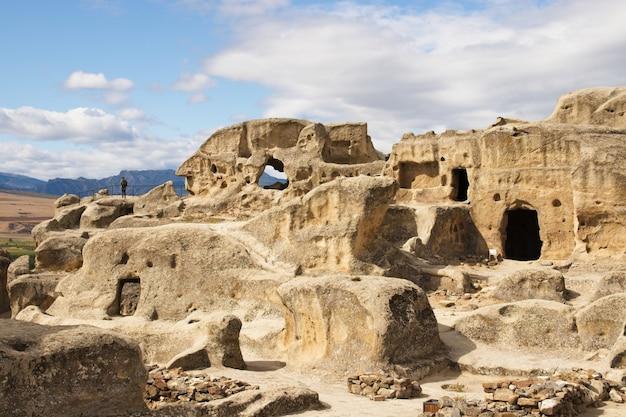 Foto de baixo ângulo da antiga cidade escavada na rocha uplistsikhe, na geórgia