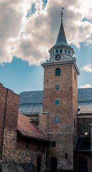 Foto de baixo ângulo da histórica fortaleza de akershus, sob o lindo céu nublado em oslo, noruega