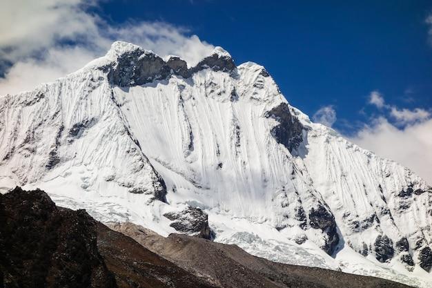Foto de baixo ângulo das falésias cobertas de neve capturada em um dia ensolarado