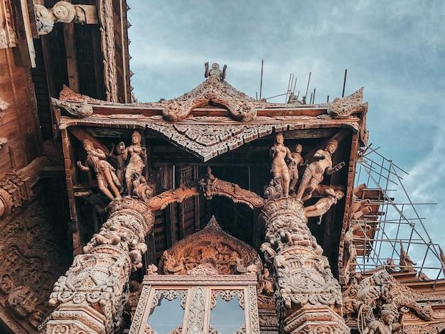 Foto de baixo ângulo de um belo santuário da verdade em pattaya, tailândia