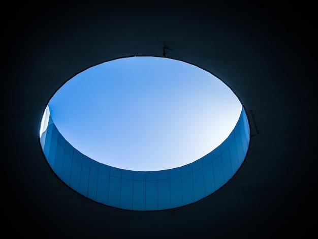 Foto de baixo ângulo de um buraco dentro de um edifício