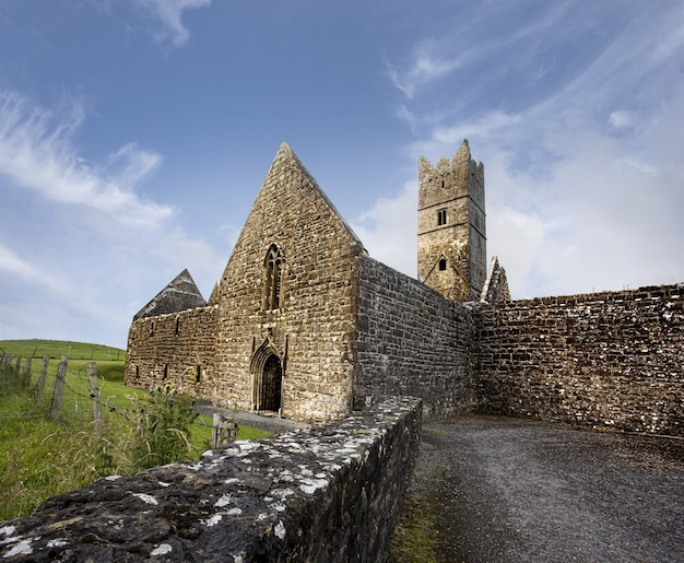 Foto de baixo ângulo de um mosteiro rosserk lecarrow na irlanda