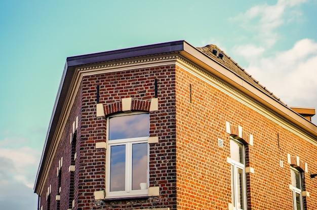 Foto de baixo ângulo de um prédio de apartamentos sob a luz do sol durante o dia