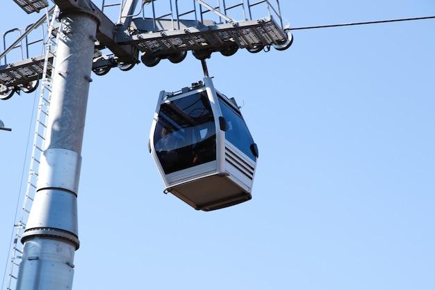 Foto de baixo ângulo de um teleférico sob o céu claro